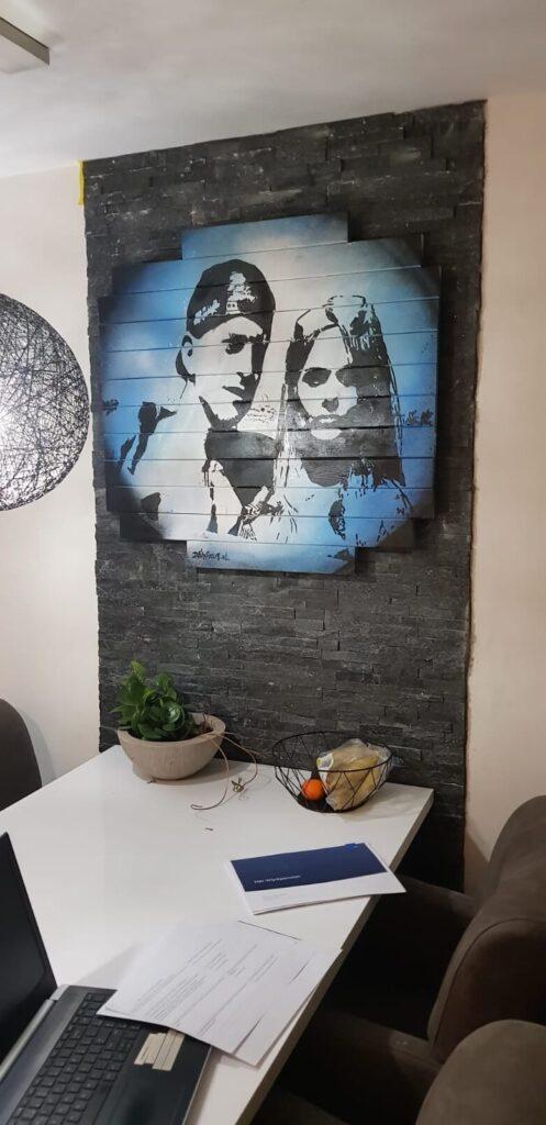 Streetart portret in woonkamer